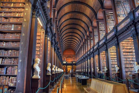 החדר הארוך בספריה של הטריניטי קולג' בדבלין