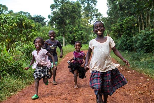 ילדים בכפר באוגנדה | צילום: emre topdemir / Shutterstock.com