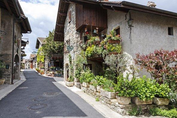 הכפר איבואר מפורסם בבתי האבן ובפרחים שמקשטים כל פינה | צילום: marekusz / Shutterstock.com