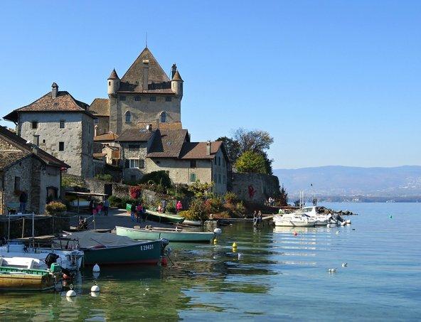 הכפר איוואר והטירה החולשת עליו
