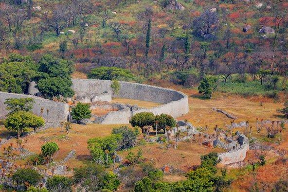 שרידי המצודה והחומות באתר זימבבואה הגדולה