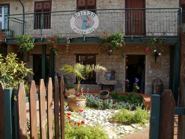 ברחוב הראשי של מזכרת בתיה יש גלריות וחנויות מיוחדות | צילום: באדיבות הפינה של מיכל