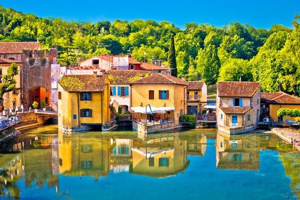 הכפר השמור היטב בורגטו לשפת אגם גרדה