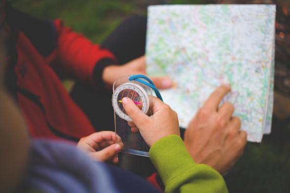 מפת נייר, זוכרים? הזדמנות ללמד את הילדים לקרוא מפה ואפילו להשתמש במצפן...