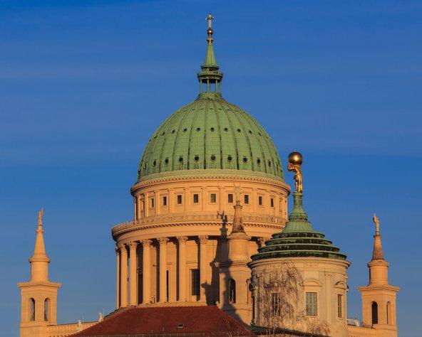 כנסיית ניקולאי עם הכיפה הירוקה בקרבת השוק הישן של פוטסדאם