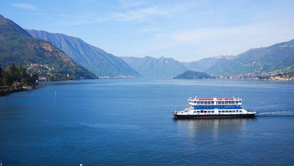 מעבורת באגם קומו. שייט הוא אחת הדרכים המהנות לטיול באזור האגמים