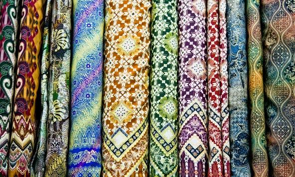 בדים ססגוניים בשוק של ג'וגוקרטה