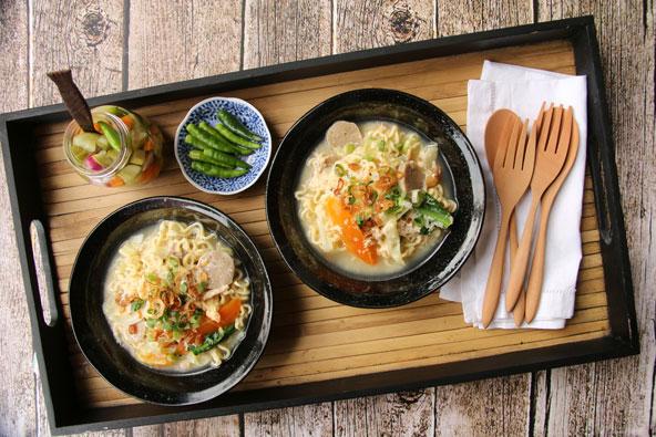 מנה אינדונזית טיפוסית: איטריות עם ירקות, ביצה ובשר במרק עוף