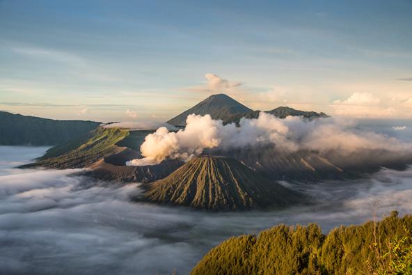 הרי געש באינדונזיה. הר המעשן הוא הר ברומו