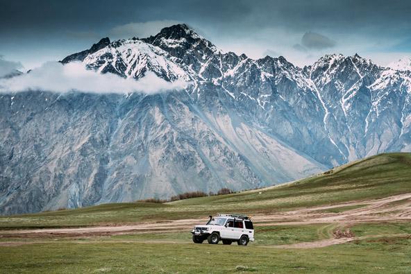 הקווקז הגבוה משמש תפאורה מרהיבה לטיול ג'יפים בגאורגיה