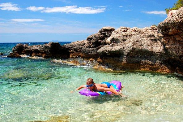 איך כמו לשחות או לצוף במים הצלולים בריביירה הקרואטית