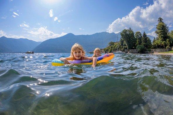 ילדות שוחות באגם מג'ורה