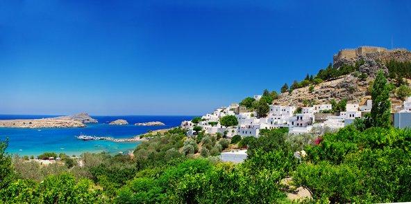 העיירה לינדוס והמפרץ שלמרגלותיה