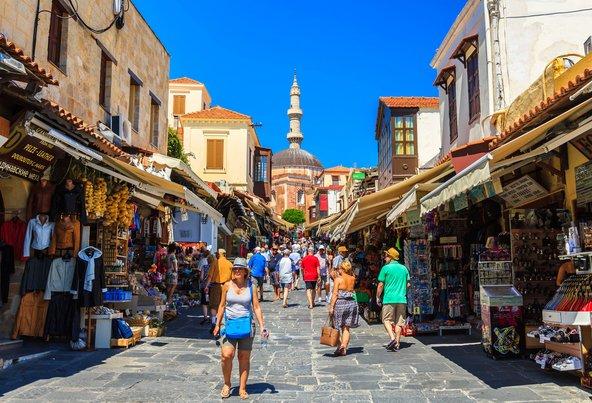 תיירים עושים קניות בעיר העתיקה של רודוס | צילום: Littleaom / Shutterstock.com