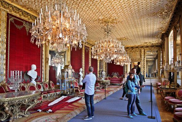 בתוך הארמון המלכותי, אחד הארמונות הגדולים והיפים באירופה