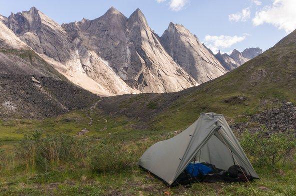 כיתוב אוהל עם נוף. לינה באוהל היא אחת הדרכים הזולות והמהנות לטיול באלסקה