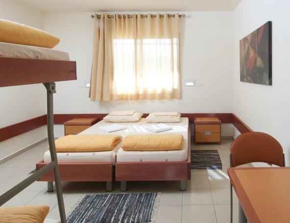 חדרי האכסניה הנעימים מתאימים להרכבים שונים - זוגות, משפחות או קבוצות