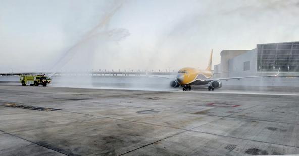 המטוס הראשון של ASL איירליינס נוחת בישראל ומתקבל בזרנוקי מים