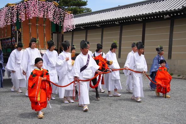 משתתפים בפסטיבל אאיו מאצורי בלבוש בסגנון תקופת היאן