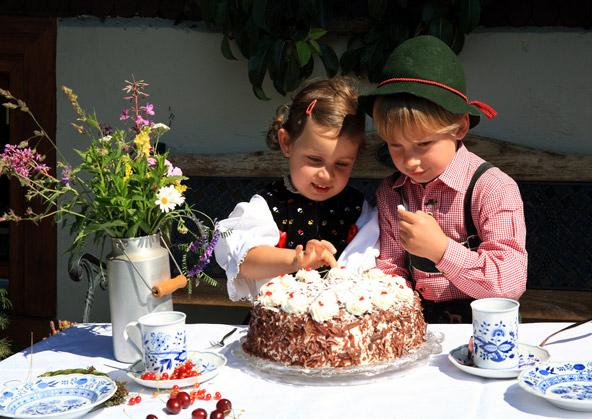 במהלך טיול באזור, אל תוותרו על עוגת היער השחור, שנולדה כאן