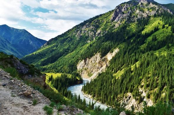 טיול ג'יפים בקירגיזסטן מוביל למדרונות מנותקי גישה ועמקים הרריים שופעי עשב