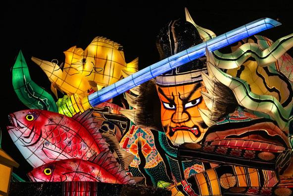 דמות לוחם בפסטיבל נבוטה מאצורי. הבובות, העשויות מנייר יפני, מוארות בנר