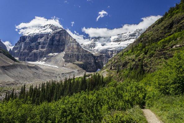 נוף טיפוסי במישור ששת הקרחונים, משבילי הטיול היפים באזור אגם לואיז