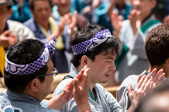 במהלך סאנג'ה מאצורי הרחובות מלאים במוזיקה ומזמורי דת