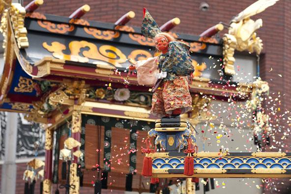 בובת ענק בפסטיבל האביב בטאקיאמה   צילום: שאטרסטוק