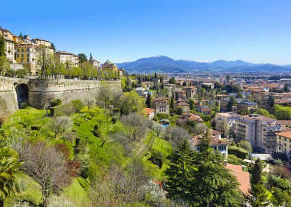 העיר העליונה של ברגמו נמצאת על גבעה ירוקה המשקיפה על העיר התחתונה