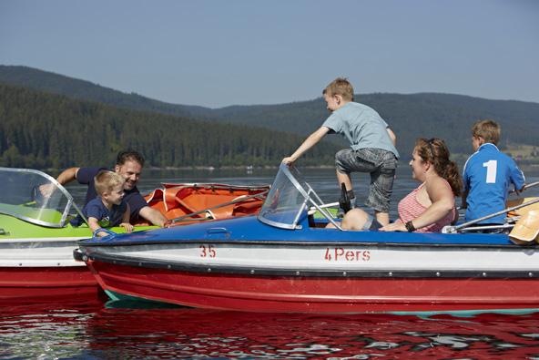 שייט באחד מאגמי האזור הוא פעילות פופולרית מהנה