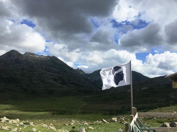 דגל קורסיקה מתנופף על בקתת refuge de manganu | צילום: גיא קלומק