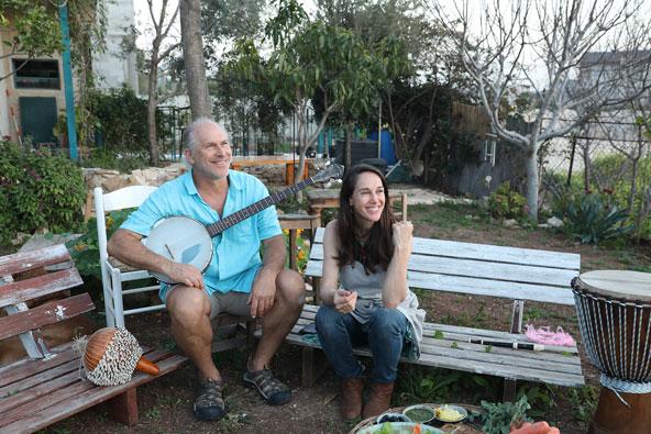 סיגל ואיליה בחצר האחורית של בית הקונטיינרים בלוזית . מוזיקה וארוחה