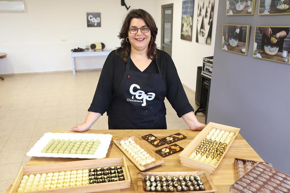 גליה לוי בקאג'ה שוקולטרי. יוצרת פרלינים וטבלאות שוקולד בטעמים מורכבים ומופלאים