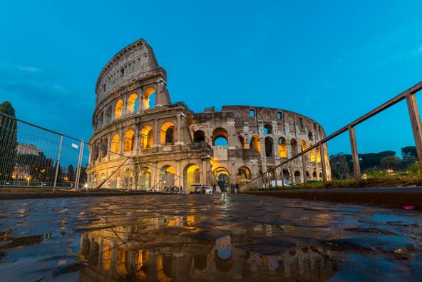 הקולוסיאום ברומא. מדריך מצוין יודע לקשר בין האתר שבו מטיילים לבין תקופות ומקומות אחרים