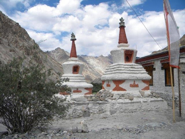 מרבית האוכלוסייה באזור היא בודהיסטית-טיבטית וסימנים לכך ניכרים בכל מקום