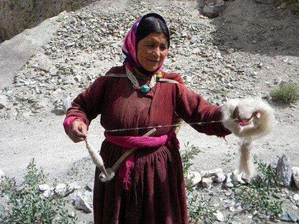 אישה מקומית טווה צמר. המפגש עם תושבי האזור הוא חלק חשוב בחוויית הטיול