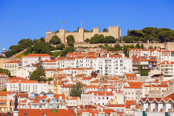 מבצר סאו ג'ורג' בליסבון. למרגלותיו נמצא המלון