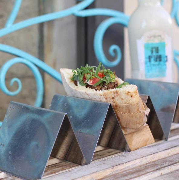 פיתה של דיווני בשוק מחנה יהודה. הולך מצוין עם ערק שקדים (ברקע) | צילום: אתי נמיר