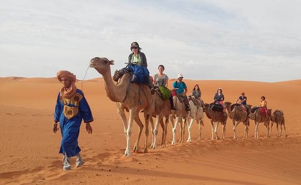 מעבר לנופי המדבר והרכיבה על גמלים, בסהרה פוגשים את בני הטוארג עם גלימותיהם הכחולות