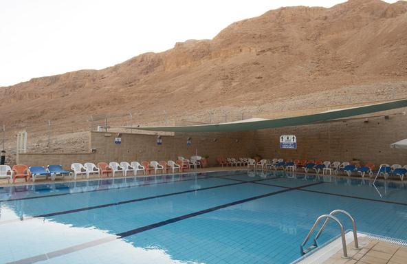הבריכה באכסניה במצדה. מקום מושלם להתקרר מהחום המדברי
