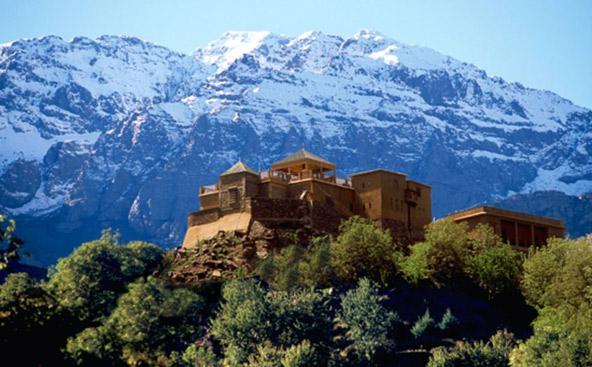 הפסגות המושלגות של הרי האטלס עומדות בניגוד מהפנט לחולות המדבר