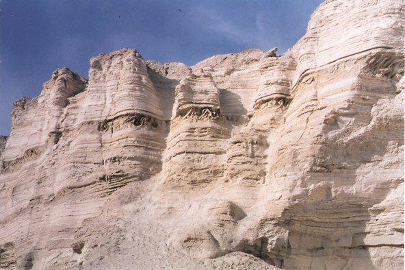 נחל פרצים. המים והמלח פיסלו שלל צורות בסלעי החוואר