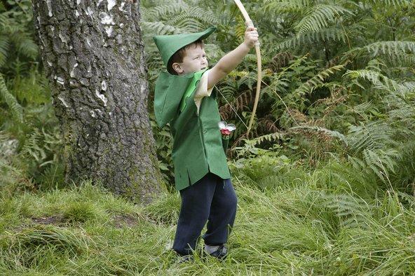 ילד בתחפושת רובין הוד ביער שרווד