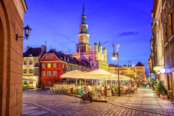 כיכר השוק בעיר העתיקה של פוזנן גדושה בבתי קפה ומסעדות