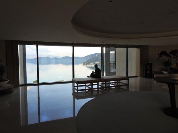 חלון על המים. מלון ליד אגם השמש והירח