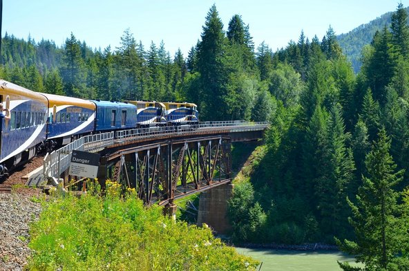 רכבת הרוקי מאונטניר החולפת ביערות הרי הרוקי   צילום: Lissandra Melo / Shutterstock.com