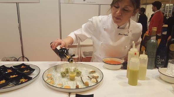 דוכני אוכל בתערוכה. שפים מדגימים כיצד שמן זית משדרג כל ביס | צילום: יעל עופר
