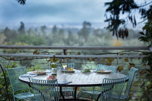 שולחן מול הנוף הכפרי במרפסת של גוז' ודניאל | צילום: דניאל לילה