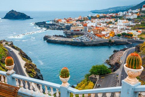 תצפית על בתי העיירה גרצ'יקו הגולשים אל הים